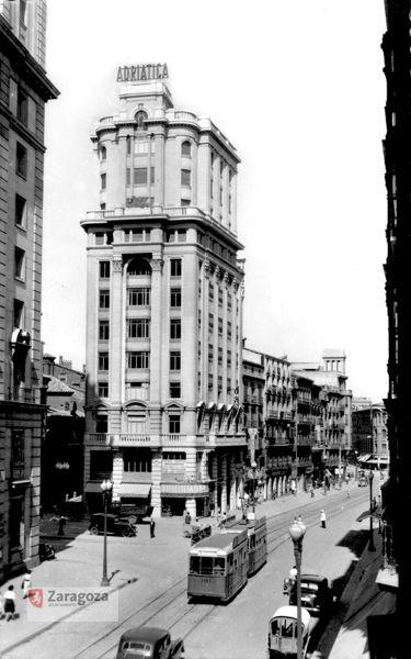 El Coso Alto con el edificio de La Adriática y el paso del tranvía (Hacia 1945-1955)