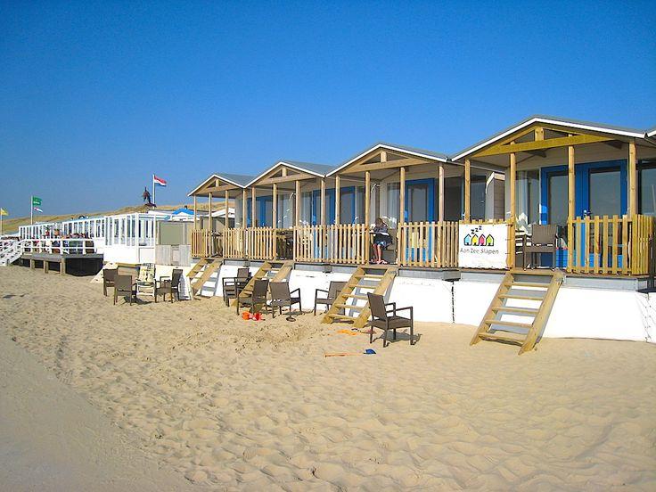 Der Sommer ist da und wir träumen von Strand und Meer. Für uns Träumer gibt es jetzt das passende Urlaubsangebot: Strandschlafhäuser in Holland. Wie der Name schon verrät, stehen die kleinen Häuser unmittelbar am Strand,