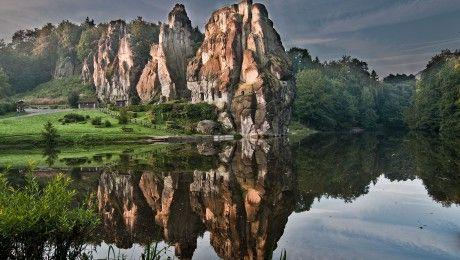 """A """"germán Stonehenge"""" a Föld egyik energiaközpontja. A néphagyomány szerint a köveket óriások emelték egyik napról a másikra, az ördög azonban felégette őket, groteszk formájuk a pokol lángjait szimbolizálja. Az alsó-szászországi Externsteine a kréta időszak végén, mintegy 70 millió évvel ezelőtt keletkezett, eredetileg sík terület volt, ám ekkor tektonikus mozgások következtében megemelkedett. Ma csupán öt…"""