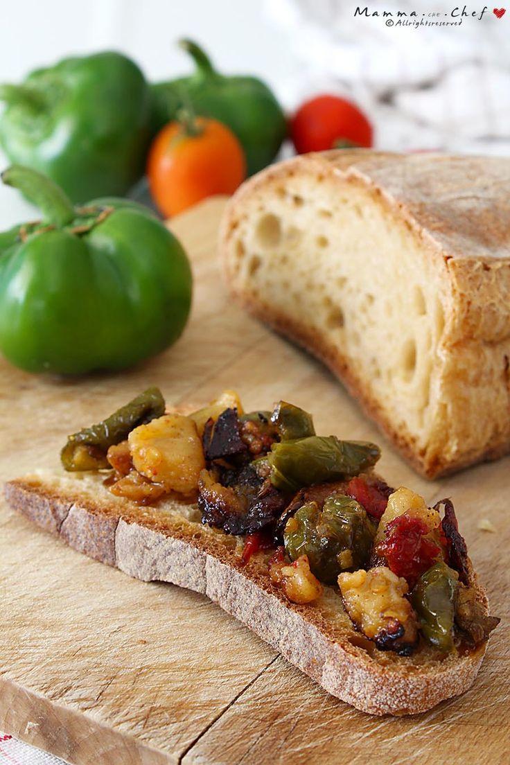I Pipi e patate sono un contorno tradizionale calabrese, preparato friggendo i peperoni verdi tipici della Calabria, con patate e pomodori.