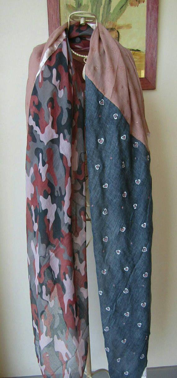 Foulard femme,écharpe gris et rose,coeur,camouflage . Tout en douceur et  délicatesse. Association de 4 panneaux de tissu  Un panneau rose un… 460defb1616