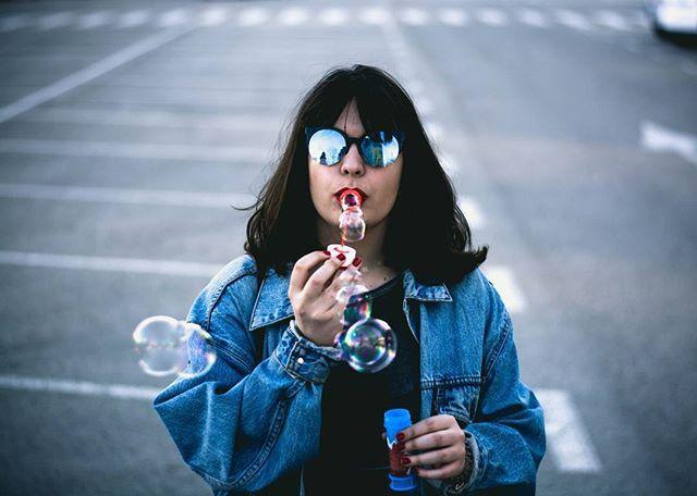 Ayer acabé reventada, porque la personita de la foto me hizo coger un tren y dos buses y andar no se cuantos kilómetros, para pasarse el día haciendo pompas... Pero mereció la pena sólo por estar con ella.  Love you so much @andree13__ 😍😍😍 • • • • • #madrid #spain #people #explorer #travel #photo #nikon #nikonphotography #photography #autumnleaves #autumn #model #50mm #thecreative #creative #ofhumans #winter #expofilphotography #madridmemola #artofvisual #beautiful #shot #oneshot…