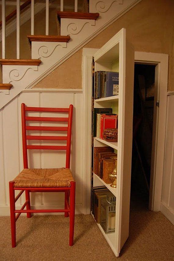 weiße Tür mit eingebautem Bücherregal- Holzstuhl in rot- weiße Treppe mit…