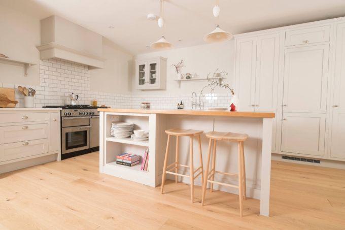 Com madeira, paredes brancas e simplicidade, esta cozinha lembra o minimalismo escandinavo. Na verdade, ela segue o estilo americano chamado Shaker