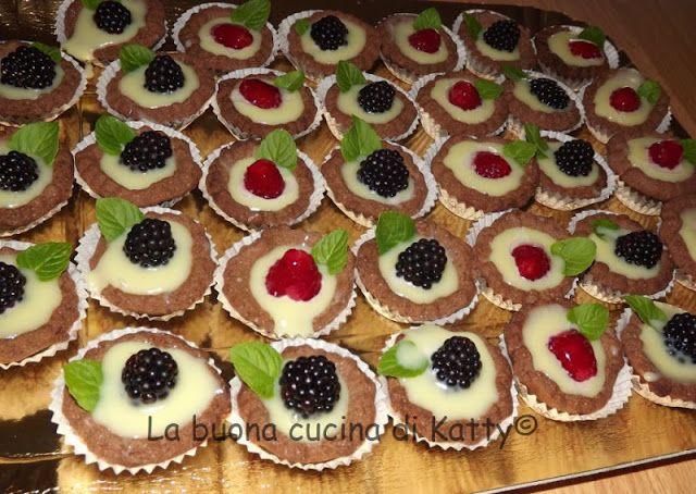 La buona cucina di Katty: Mini tartine al cacao con cioccolato bianco, more e lamponi