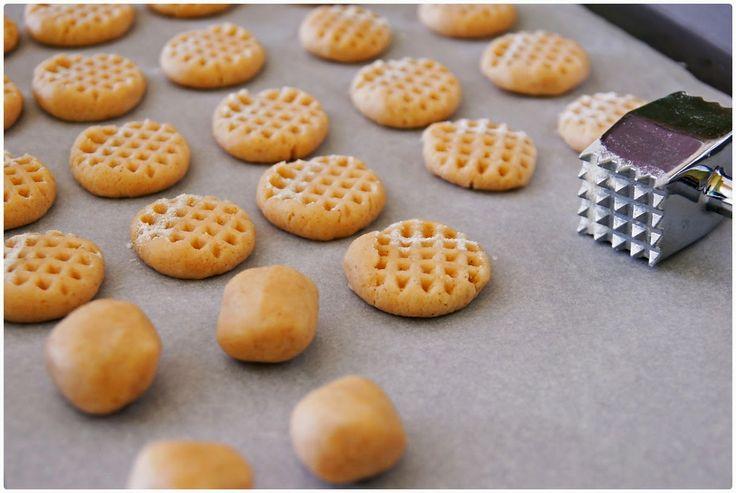 Křehké mandlové sušenky-50 g mletých mandlí,150 g másla,50 g cukru moučka  1 vanilkový cukr,1/2 čajové lžičky skořice  180 g hladké mouky 1 zarovnaná čajová lžička prášku do pečiva