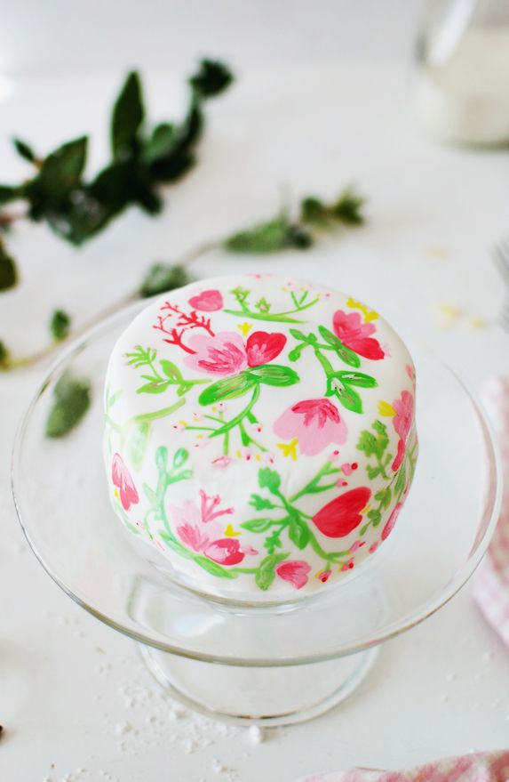 Take your cake decorating game to a new level with this edible watercolor on marshmallow fondant tutorial