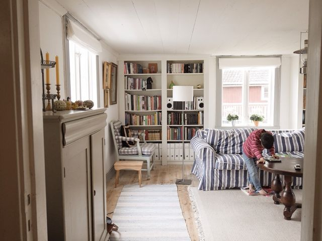 stiligahem.se - swedish country style. Modern gustavian style blue, gray and white. Stripes and checks. Built in bookshelves