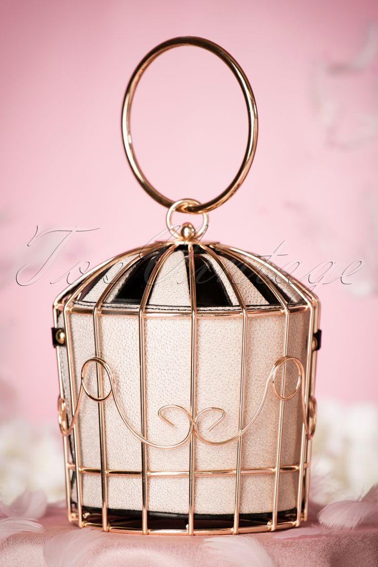 Deze 20s Classy Birdcage Handbagis een super elegante en unieke tas in art nouveau stijl! Met deze beauty aan de hand voel jij je geen prinses, opgesloten in een gouden kooi, maar een glamorous vintage queen! Uitgevoerd in goudkleurig metaal met sierlijke ornamenten en voorzien van binnentas gemaakt van kwalitatief hoogwaardig 'faux' lakleder in zwart en beige met een prachtige glans. Classy ten top!   Goudkleurig metaal Klipsluiting Eén vak a...