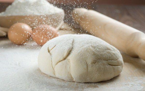 Όλεςοιβασικέςζύμεςσεέναάρθρο!      Ζύμη σφολιάτα (κλασική συνταγή)      Υλικά    400 γρ. αλεύρι  7,5 γρ. ψιλό αλάτι  250 ml παγωμένο νερό  1 κ.σ. χυμός λεμονιού  400 γρ. βούτυρο πολύ καλής ποιότητας    Παρασκευή  Δουλεύετε το βούτυρο με μια σπάτουλα και το πλάθετε σε σχήμα ορθογώνιο (8 x 12 x