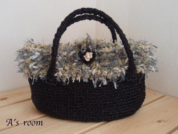 ラフィア風の糸で編んだかごバッグに、3種類の糸が合わさったとってもキュートなホワホワのファーをつけて作製しました。定番のかごバッグもファーとお花のモチーフで、...|ハンドメイド、手作り、手仕事品の通販・販売・購入ならCreema。