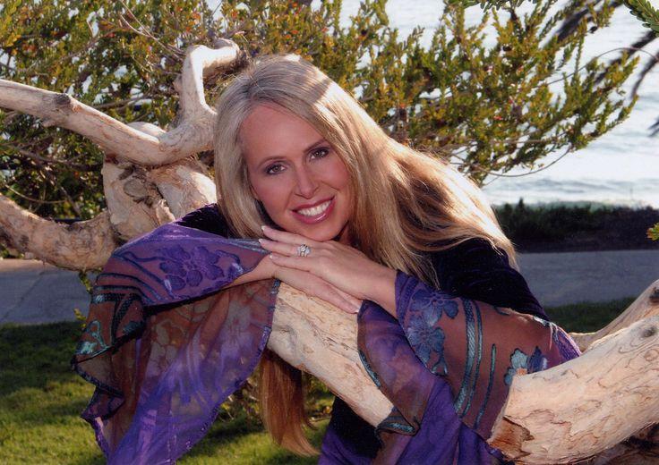 Doreen Virtue okleveles pszichoterapeuta, aki az angyali birodalommal működik együtt. Számos könyv, jóskártya és hanganyag szerzője. Észak-Amerika-szerte tart angyaltanfolyamokat. Weboldala: www.AngelTherapy.com
