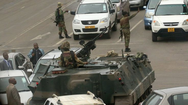 """El ejército interviene en Zimbabue contra los """"criminales que rodean"""" a Mugabe - France 24 http://www.france24.com/es/20171115-zimbabue-ejercito-mugabe"""