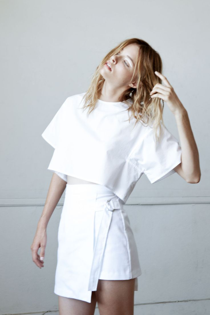 From the Shaina Mote Core Collection the Hesse Top is a cropped, boxy top with a structured shape and angular set-in sleeves. Features keyhole at center back with shell button. Tencel Cotton Poplin Av