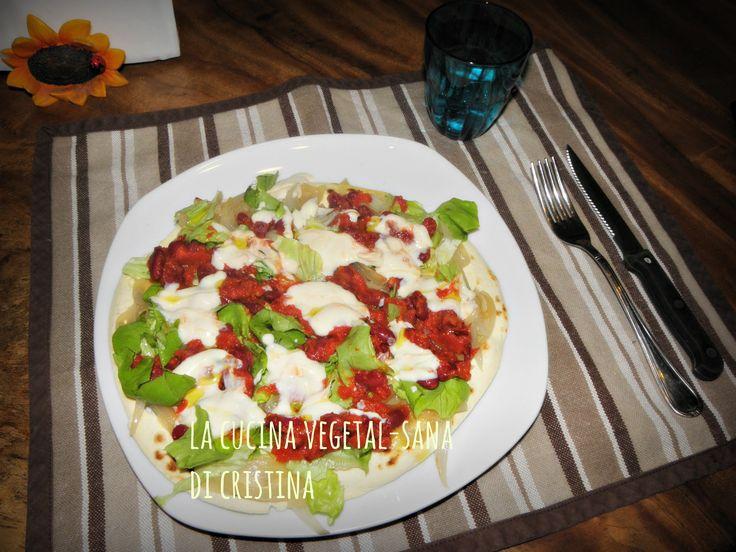 Burrito con piadina di kamut, yogurt di soia, fagioli rossi, cipolle caramellate e insalata... veloce  e gustoso!