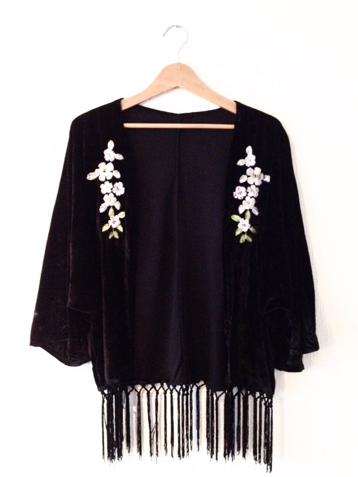 Kimono de plush negro con flecos y flores bordadas. Talla única. $15.000