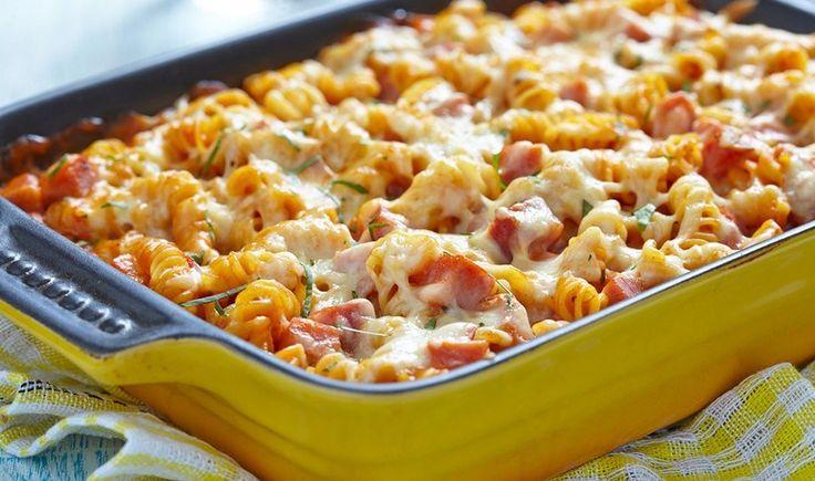 Βίδες στο φούρνο με σάλτσα ντομάτας, ζαμπόν και τυριά