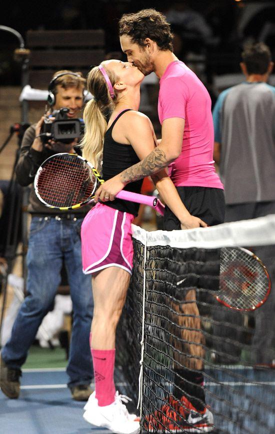 Los besos en la pista de tenis de Kaley Cuoco y su marido, Ryan Sweeting