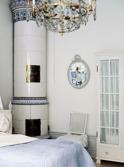 Gustavian bedroom with old Swedish tiled stove in white and blue.  Ledighetsparadiset Solåkra #Anthropologie #pintowin