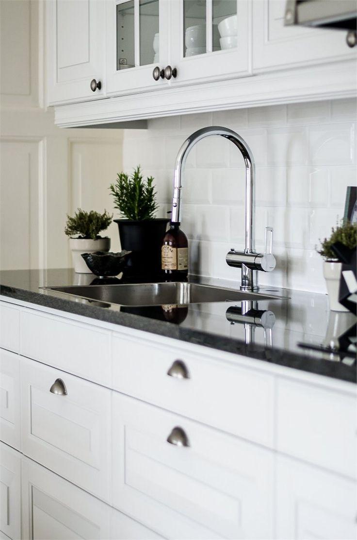 Påkostat kök med enhetlig utformning till fastighetens karaktär - massiv granitskiva, vitrinskåp, spegelluckor och tidsenliga beslag. LUCKA: Meny vit   Ballingslöv