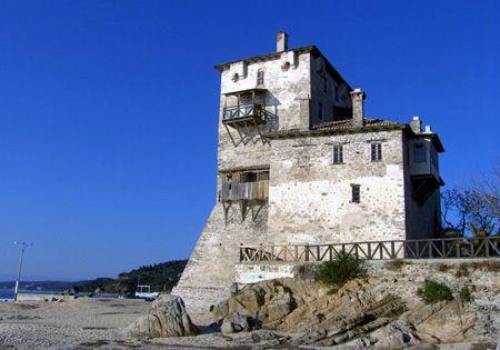 """les ruines du monastère de Zygos qui appartenaient autrefois à la Sainte Montagne, se dresse à 40 m. en dehors de la limite du mont. État Athos. En 1206 un Européen (Frank) seigneur y vivait avec ses soldats se précipitant sur le pillage et la Sainte Montagne et les gens ont commencé à appeler le monastère """"Frangokastro"""" (le château de Frank). C'est le seul exemple du monastère de la Sainte Montagne que l'on peut examiner de près depuis l'intérieur,"""