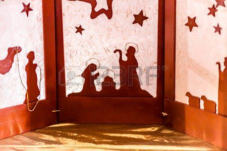 sculpture papier: silhouette d'une scène de la Nativité de Noël, la Bienheureuse Vierge Marie et saint Joseph veille sur le Saint Enfant Jésus Banque d'images