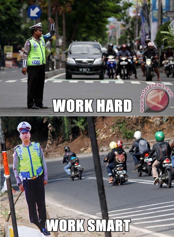 10 Meme beda kerja cerdas & kerja keras ini bikin kamu senyum sendiri
