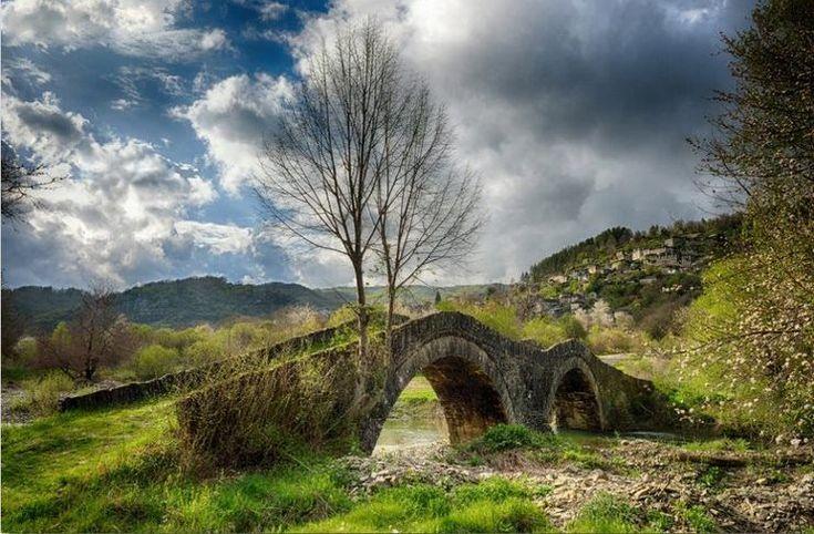 Το μονότοξο γεφύρι της Πλάκας που κατέρρευσε τον Φεβρουάριο του 2015 λόγω των πλημμυρών ήταν ίσως το πιο όμορφο του είδους του, το καλύτερο δείγμα μιας ιδιαίτερης τέχνης άμεσα συνυφασμένης με την ιστορία και το τοπίο της Ηπείρου. Τα παρακάτω ιστορικά γεφύρια της περιοχής αντέχουν ακόμα, αλλά όχι … Το μονότοξο γεφύρι της Πλάκας που …