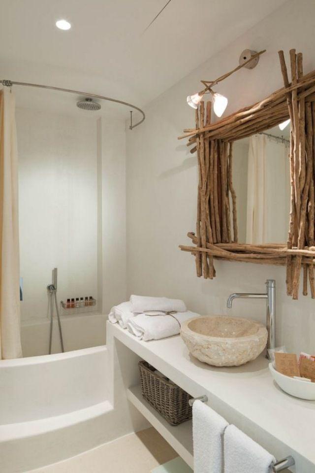 Salle de bains rustique avec vasque en pierre. http://www.m-habitat.fr/installations-sanitaires/lavabos-et-vasques/les-vasques-a-poser-655_A
