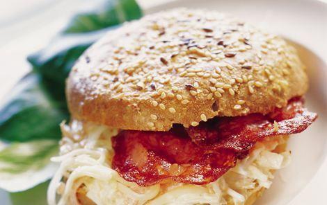 Grovbolle med ost, chorizo og gulerod  Stærk pølse og coleslaw-inspireret fyld giver en fyldig og mættende sandwich.