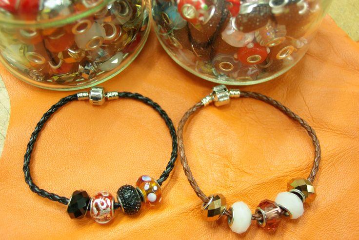 Différents modèles de bracelets disponibles dans votre rayon mercerie chez Ellen Décoration.
