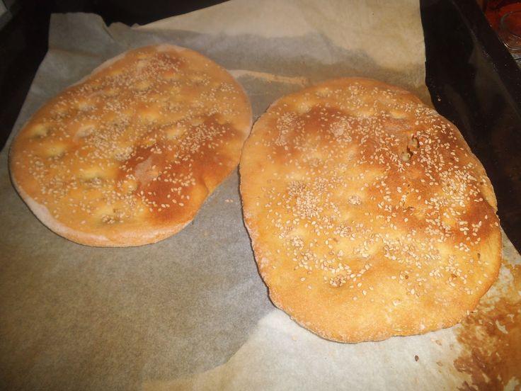 από την Γιάννα Παρασχοπούλου     Υλικά   - 1 κιλό αλεύρι σκληρό     - φακελάκι μαγιά   - 2 κουταλάκια του γλυκού ζάχαρη   - 3 κουταλ...