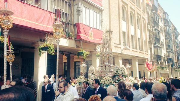El Corpus Christi procesiona bajo un sol de justicia por el centro de la ciudad