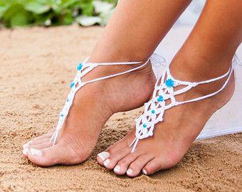 Sandalo a piedi nudi, bianco uncinetto sandali a piedi nudi con perline blu, qualcosa di blu, spiaggia matrimonio, matrimonio, scarpe da sposa, uncinetto
