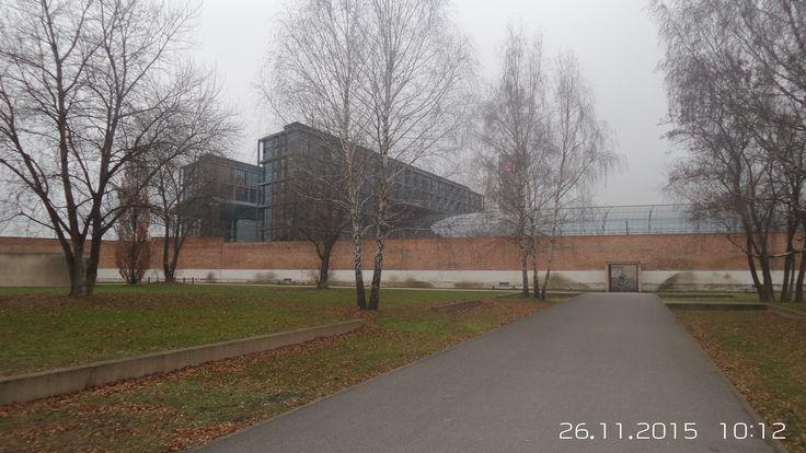 Blick vom Gedenkpark zum Hauptbahnhof