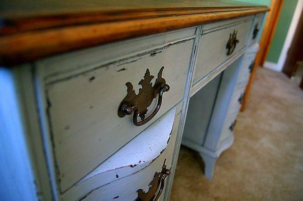 Rehacer escritorio antiguo usando pintura a la tiza y cera oscura.