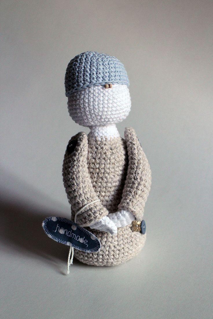 Malý Princ - bábika uhačkovaná z bavlny a vyplnená dutým vláknom, vhodná ako hračka alebo dekorácia.  * Možné prať v rukách. Nechať voľne vyschnúť.