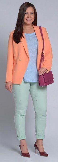 Бирюзовая блузка, синие брюки, оранжевый кардиган, красные туфли