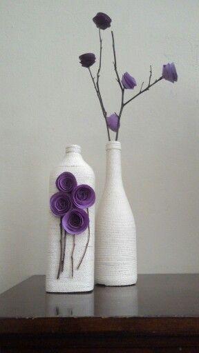 Botellas y flores violetas