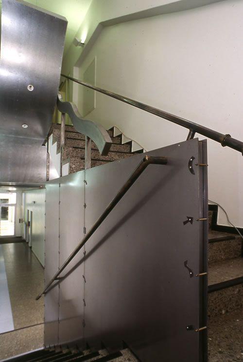 Flur mit Geländer und Akustikdecke aus Stahl für die BMA in Braunschweig