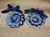 Orecchini fatti con uncinetto e corallini con fiocco blu sopra totalmente artigianale Colore Filo: bianco/blu Colore Corallini: bianco/blu