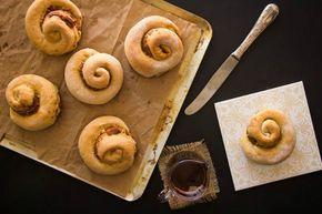 Έχουμε κι εμείς ρολά κανέλας, χρόνια τώρα, απλά τα λέμε ταχινόπιτες. Είναι παραδοσιακή συνταγή της Κύπρου και των Δωδεκανήσων και φτιάχνονται με ταχίνι, μέλι και κανέλα ή/και σουσάμι.