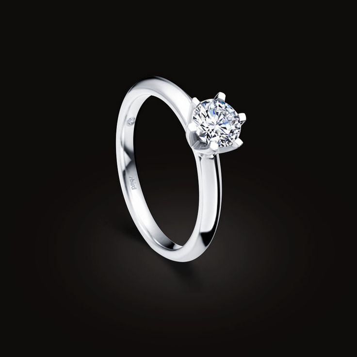 Лучшие друзья девушек на вкус и цвет  В природе далеко не все алмазы идеально бесцветны, часто имеют какой-то оттенок цвета,  встречаются желтые, голубые, розовые, коричневые, зеленые, порой даже оранжевые и красные. Интенсивность цвета также сильно отличается. Цветные алмазы называют фантазийными, они очень редки и ценны, причем чем реже — тем ценнее и дороже.