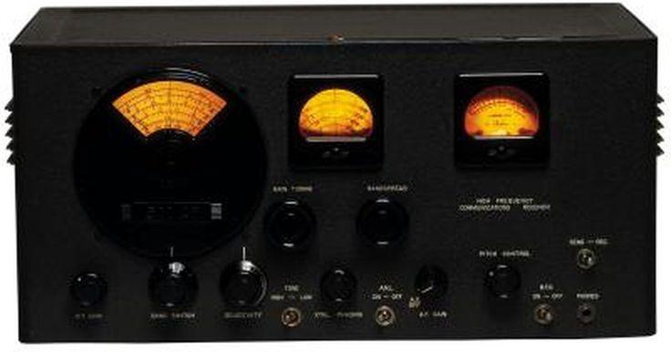 Cómo hacer un amplificador lineal para un radio de banda ciudadana. Los amplificadores lineales se usan a menudo en radios de banda ciudadana (CB) a pesar de ser poco eficientes; esto se debe a que la banda ciudadana le da más prioridad a un nivel bajo de ruido que a una potencia eficiente, cosa que puede ofrecer un amplificador lineal. Las señales débiles pueden limitar la operatividad de tu radio CB, pero un ...