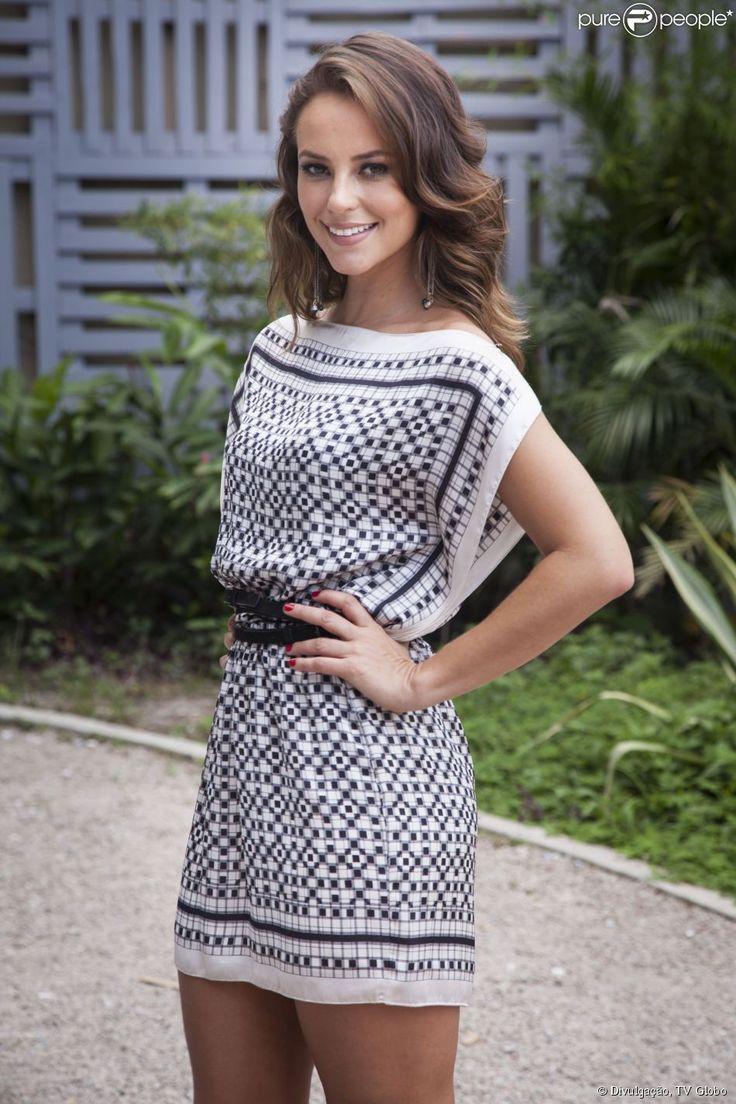 Paolla Oliveira estreou no último domingo, 22 de março de 2015, como apresentadora do quadro 'Como manda o figurino', do 'Fantástico'. No primeiro episódio, ela usou um vestido soltinho, com decote canoa e marcado na cintura com um cinto