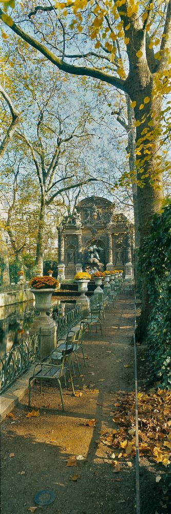 Fontaine Médicis Parc du Luxembourg, Paris ... je me souviens manger une petite déjeuner-là.