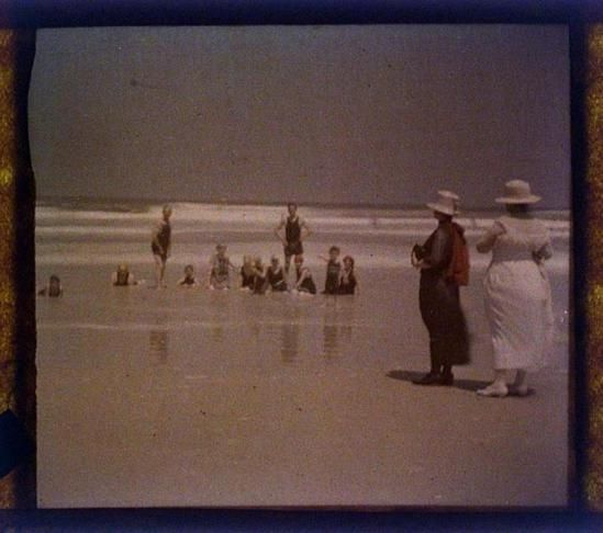 charles-c-zoller-people-on-beach-1923-autochrome