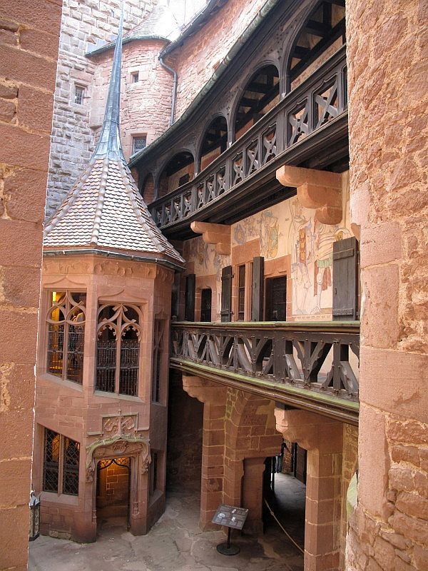 Château-Fort du Haut-Koenigsbourg - région Alsace - Tour de l'escalier dans la cour intérieure