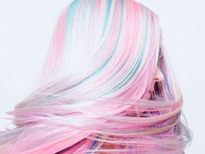 """El año pasado, vivimos la tendencia del Ombre, o mechas californianas. Este efecto consiste en ir de un tono oscuro en la base del pelo, e irlo aclarando hacia las puntas.Esta tendencia fue modificándose conforme los estilistas se separaron de los tonos ya conocidos, y empezaron a utilizar todos los colores. Pronto, empezamos a ver puntos en tonos rosas, azules, morados, naranjas y hasta neones.Este año inició una tendencia conocida como """"Cabello Arcoiris"""", es decir, llenar la cabellera de…"""