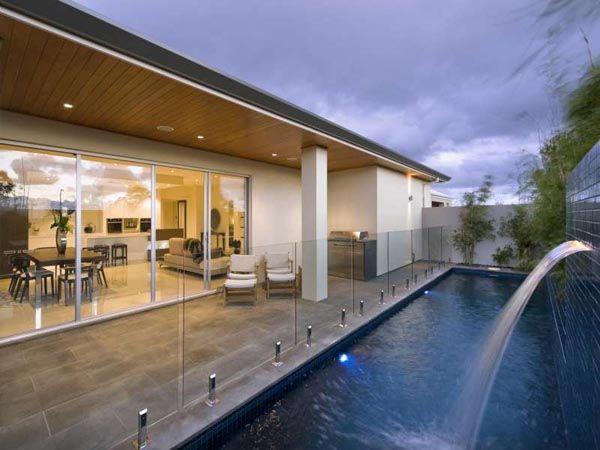 Contemporáneo y con estilo, esta casa cuenta con salas de estar de lujo y cuatro grandes dormitorios, cada uno con su propio cuarto de baño. Construido en Australia, la casa impresiona desde el principio: un alto techo en el pórtico de entrada hace que se establece y mantiene la arquitectura dentro de las líneas modernas.